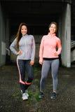 Due riuscite donne di forma fisica Fotografie Stock Libere da Diritti