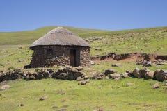 Due rondavels di pietra con i tetti ricoperti di paglia tradizionali Immagine Stock