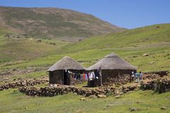 Due rondavels di pietra con i tetti ricoperti di paglia tradizionali Immagini Stock Libere da Diritti