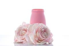 Due rose artificiali rosa con il vaso Immagine Stock