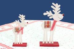 Due rossi e renne bianche di legno Fotografie Stock