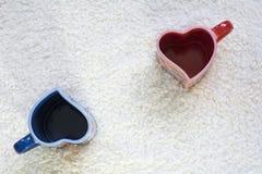 Due rossi e tazze blu nella forma di cuore a parte Fotografia Stock Libera da Diritti