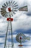 Due ruote di vento o venti pompa su vicino immagini stock