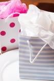Due sacchetti del regalo vicino a vicenda Fotografia Stock Libera da Diritti
