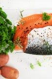 Due Salmon Fillets con le erbe e le patate Immagine Stock