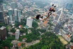 Due saltatori BASSI nell'azione fotografia stock libera da diritti