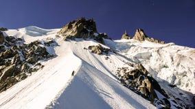 Due scalatori di montagna maschii su una cresta esposta nelle alpi francesi vicino a Chamonix-Mont-Blanc Immagini Stock Libere da Diritti