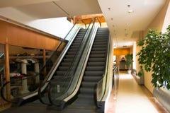 Due scale mobili nel centro commerciale Immagine Stock
