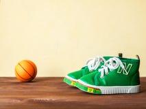 Due scarpe da tennis sul pavimento Fotografie Stock