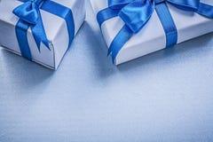 Due scatole attuali sul concetto blu di feste del fondo Fotografia Stock Libera da Diritti