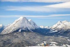 Due sciatori nelle chaise-lounge ammirano le alpi dell'inverno Immagine Stock