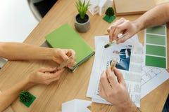 Due scienziati attenti che tengono le provette fragili con i semi crescenti Fotografia Stock Libera da Diritti