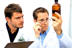Due scienziati che lavorano insieme Fotografie Stock