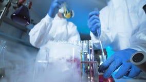 Due scienziati nelle maschere complete di rischio biologico archivi video