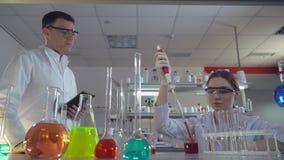 Due scienziati uomo e donna in laboratorio archivi video