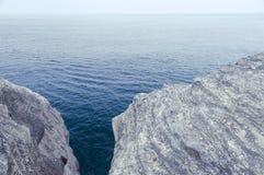 Scogliere sopra il mare Fotografie Stock Libere da Diritti