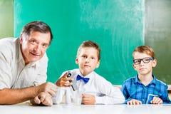 Due scolari ed il loro insegnante nella classe Fotografie Stock Libere da Diritti