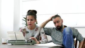 Due scrittori uomo e donna sul lavoro Fotografie Stock