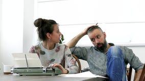 Due scrittori uomo e donna sul lavoro Immagine Stock