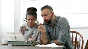 Due scrittori uomo e donna sul lavoro Immagini Stock