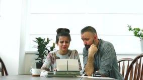 Due scrittori uomo e donna sul lavoro video d archivio