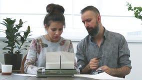Due scrittori uomo e donna sul lavoro stock footage