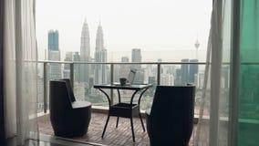 Due sedie al terrazzo stock footage
