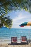 Due sedie del sole ad una spiaggia tropicale in Tailandia Fotografie Stock Libere da Diritti