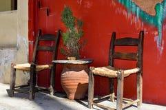 Due sedie di legno con un fondo intrecciato fotografie stock libere da diritti