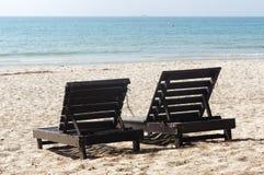 Due sedie di spiaggia di legno sulla bella isola in flocculo bianco della sabbia Fotografie Stock Libere da Diritti