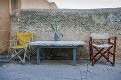 Due sedie e una tavola con una pianta in un vaso Fotografia Stock