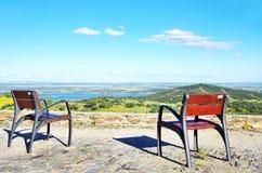 Due sedie nel lago Alqueva Fotografia Stock