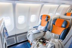 Due sedie pronte a dormire nel salone dell'aeroplano (horisontal) immagine stock