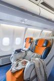 Due sedie pronte a dormire nel salone dell'aeroplano (verticale) Fotografie Stock Libere da Diritti