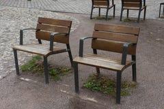 Due sedie in una via di Strasburgo immagini stock