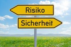 Due segnali di direzione - rischio o sicurezza - tedesco di Risiko oder Sicherheit immagini stock