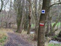 Due segni ad una traccia di escursione Fotografia Stock Libera da Diritti