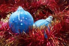 Due sfere blu per un pelliccia-albero di natale Fotografia Stock Libera da Diritti