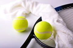 Due sfere di tennis e tovagliolo bianco Fotografia Stock
