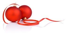 Due sfere e nastri rossi di natale isolati Fotografie Stock