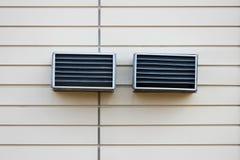 Due sfiati sulla parete beige Griglie di plastica di ventilazione, parte del sistema di ventilazione del centro commerciale Fotografia Stock