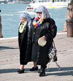 Due signore anziane al carnevale 2011 di Venezia Fotografie Stock Libere da Diritti