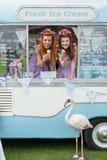 Due signore che tengono il gelato in furgone con il fenicottero Immagine Stock