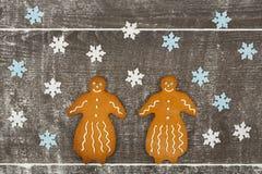 Due signore del pan di zenzero insieme sulla tavola farinosa Fotografia Stock