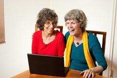 Due signore maggiori che ridono praticare il surfing immagine stock libera da diritti