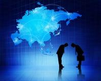 Due siluette degli uomini d'affari con cartografia blu Immagini Stock Libere da Diritti