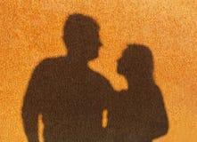 Due siluette su una parete arrugginita Fotografia Stock