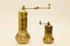 Due smerigliatrici d'ottone tradizionali della spezia o del caffè Fotografia Stock Libera da Diritti