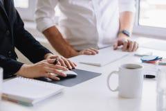 Due soci di affari che lavorano insieme alla scrivania Fotografie Stock