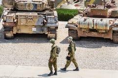 Due soldati sorvegliano al museo corazzato del corpo di Latrun fotografie stock libere da diritti
